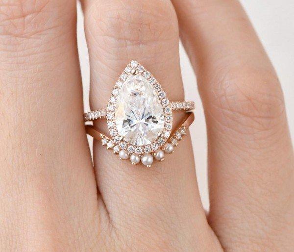 Pear Shaped Moissanite Vintage Halo Ring Set - Finger